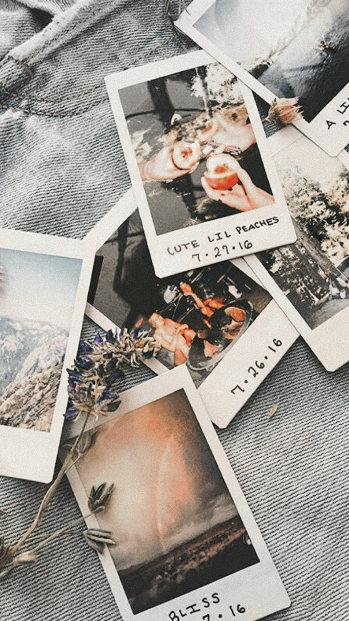 sechs Polaroid Fotos gelegt auf Jeans, cute iphone wallpaper, ästhetische Tapete für Handyhintergrund