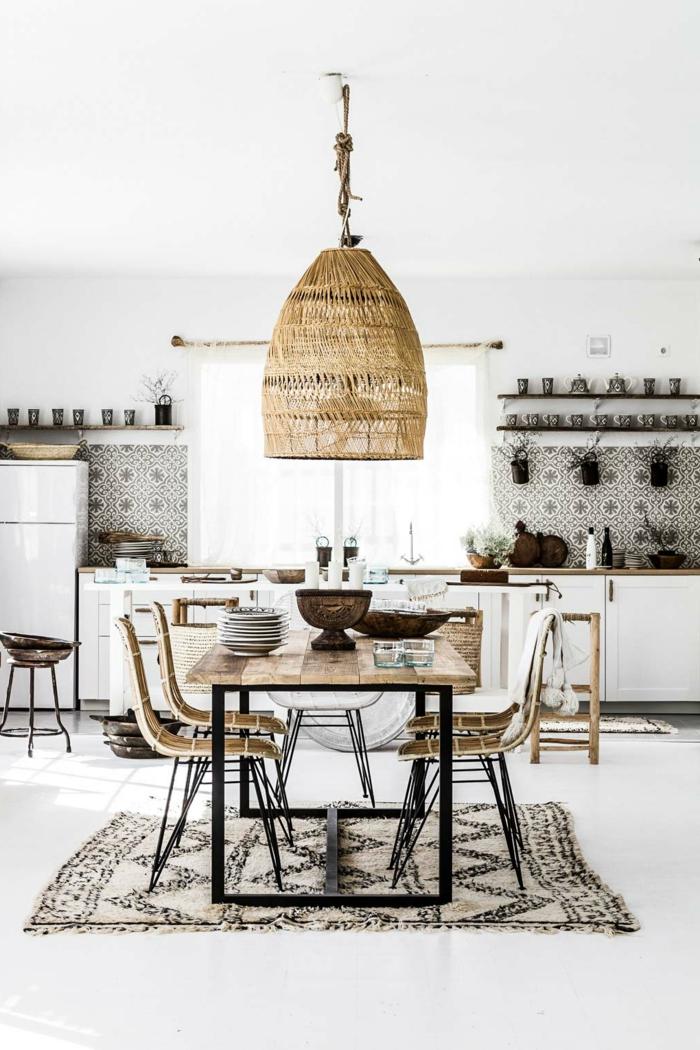 moderne große Küche im ethnischen Stil, Esstisch mit vier Stühlen, hängende große Weidenlampe, Küchen Design Ideen