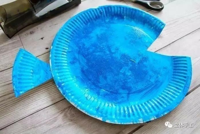 DIY Anleitung für Kinder zum basteln von einem blauen Fisch, Meerestiere basteln Schritt für Schritt