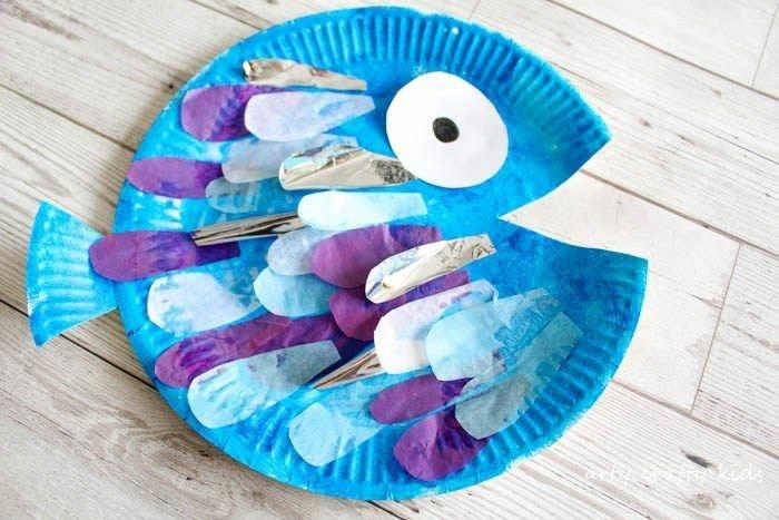 großer blauer Fisch aus Pappteller mit Auge, mit Pappteller basteln, DIY Anleitung für Kinder