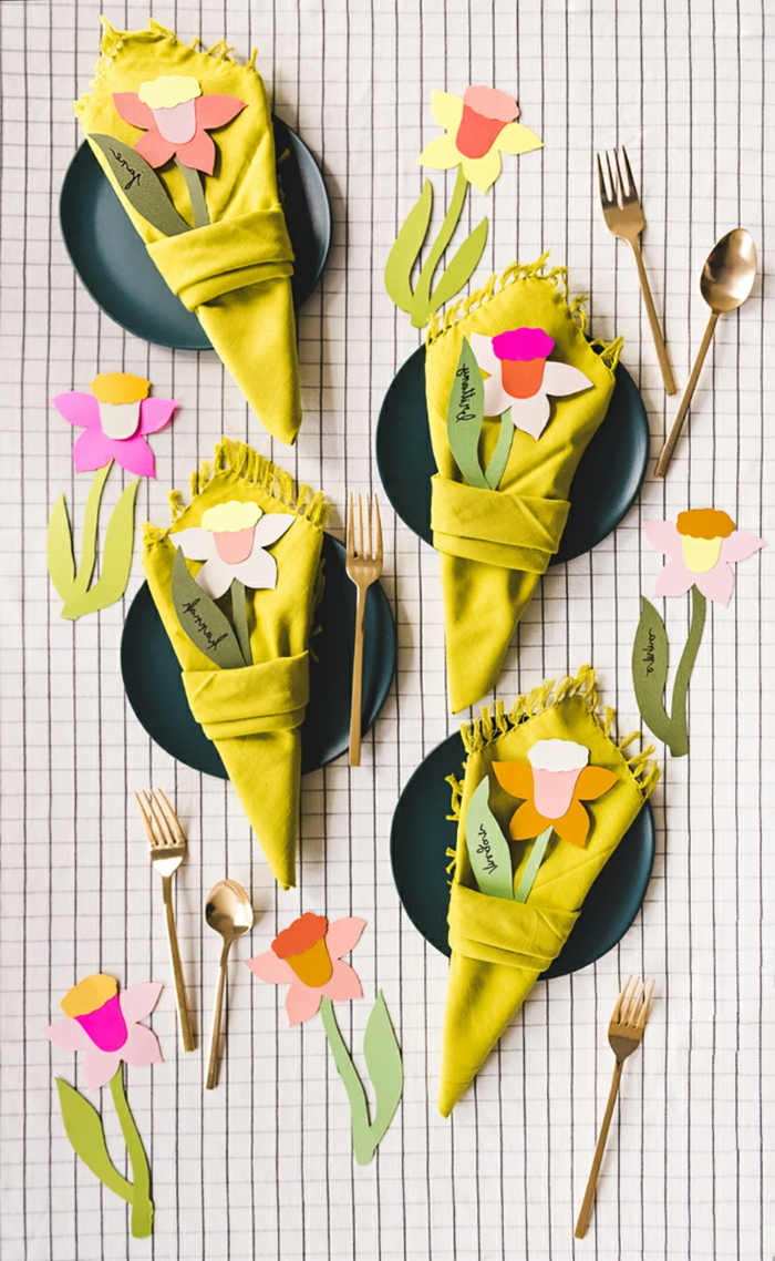 Günstige deko Ideen, gelbe Servietten in der Form von Blumen, gebastelte Blumen aus Papier, grüne Teller