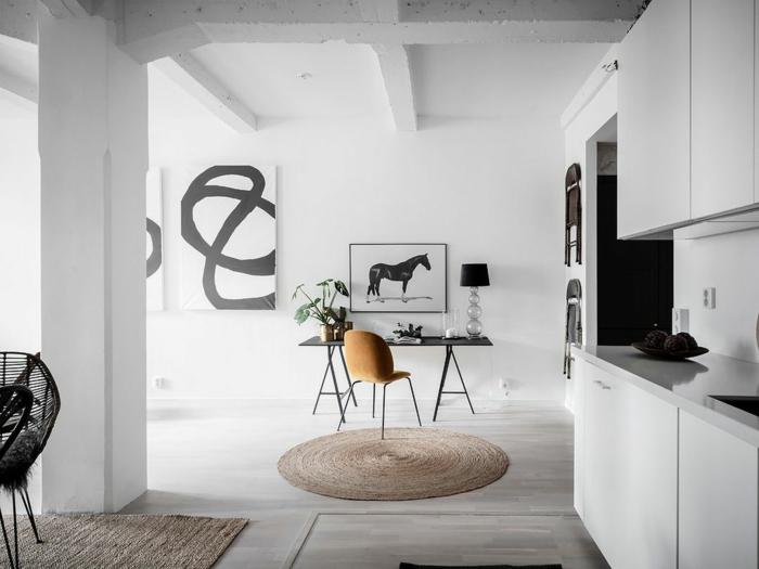 minimalistische Einrichtung einer Küche, Bild von einem schwarzen Pferd, runder Teppich, Deko Tipps