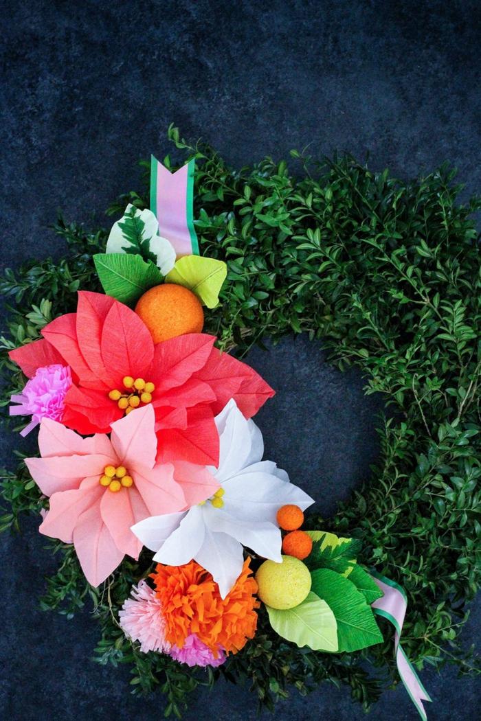Grüner Kranz mit pinken und roten Blumen aus Papier, DIY Anleitung, Pinterest basteln Idee