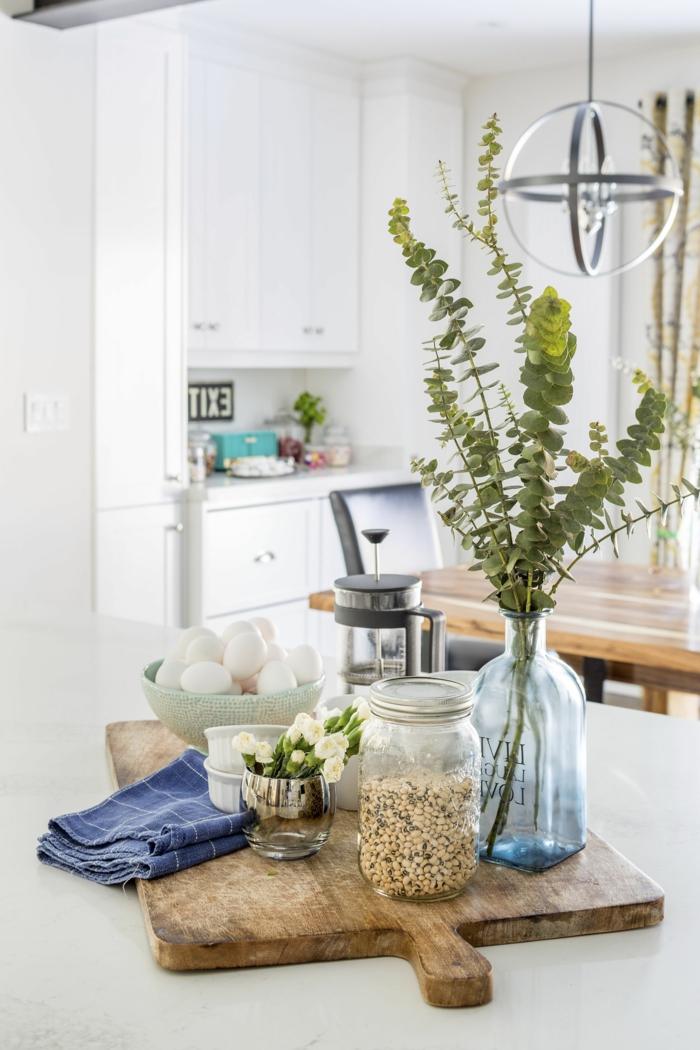 großes Schneidebrett mit Frühstück, Müsli und Eier, grüne Sträuche in Vase, Deko Tipps