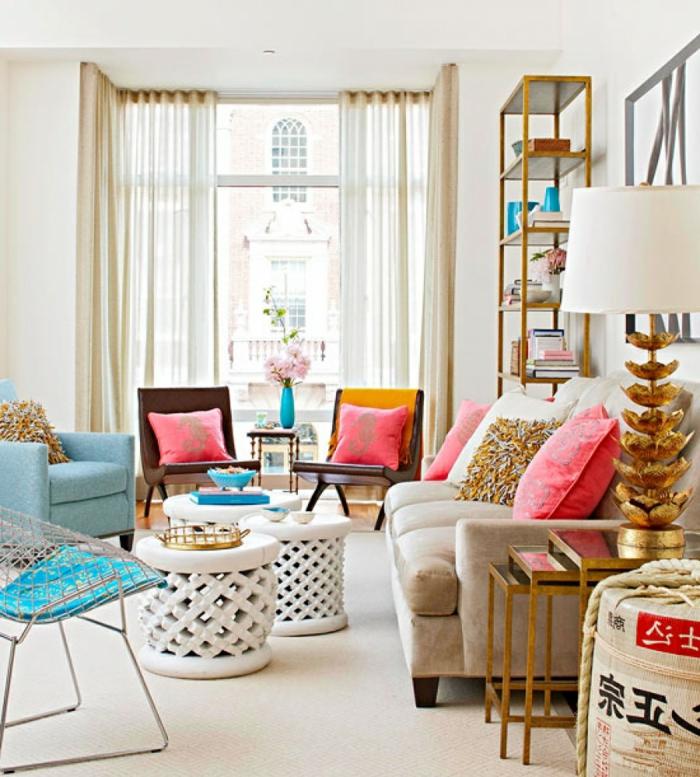 viele pinke Kissen, blauer Sessel, großer beiger Couch, Pinterest Wohnzimmer einrichten, weiße Korbtische