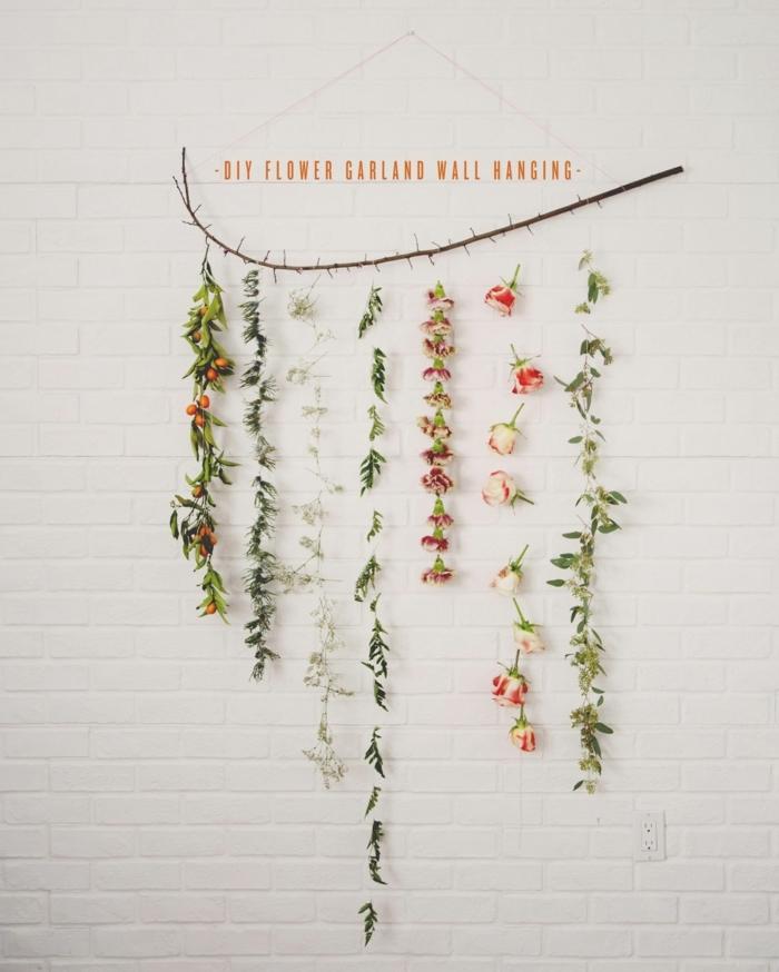 Wanddeko Ideen selber machen, Girlande mit verschiedenen Blumem, weiße Ziegelwand