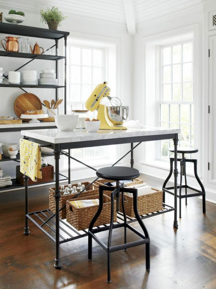 große freistehende Kücheninsel mit zwei schwarzen Stühlen, großer gelber Mixer, Regal mit Küchenutensilien, Pinterest Küche