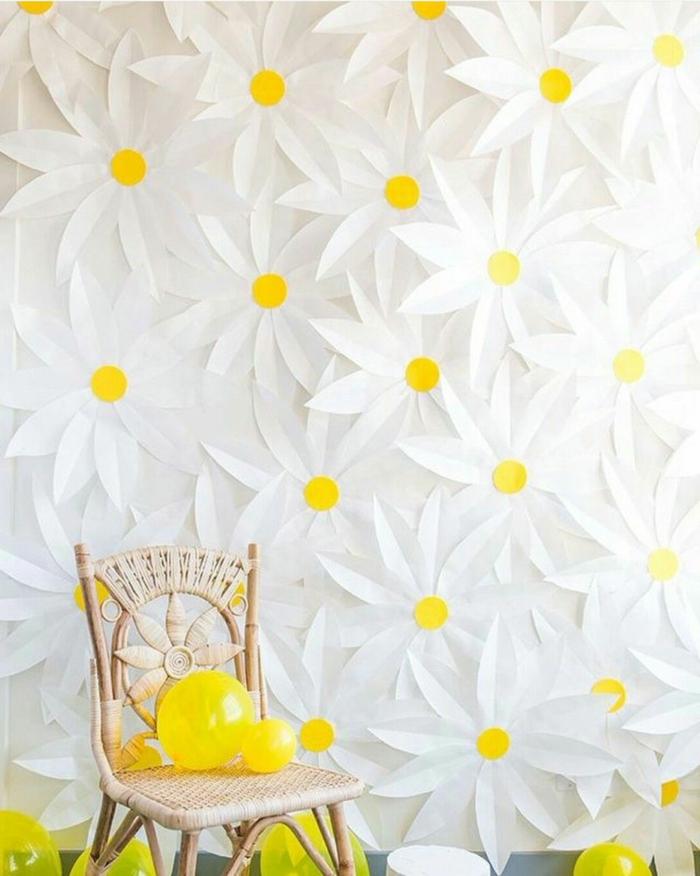 Wohnzimmer Deko selber machen, Wand bedeckt mit Gänseblümchen aus Papier, DIY Anleitung, gelbe Luftballons