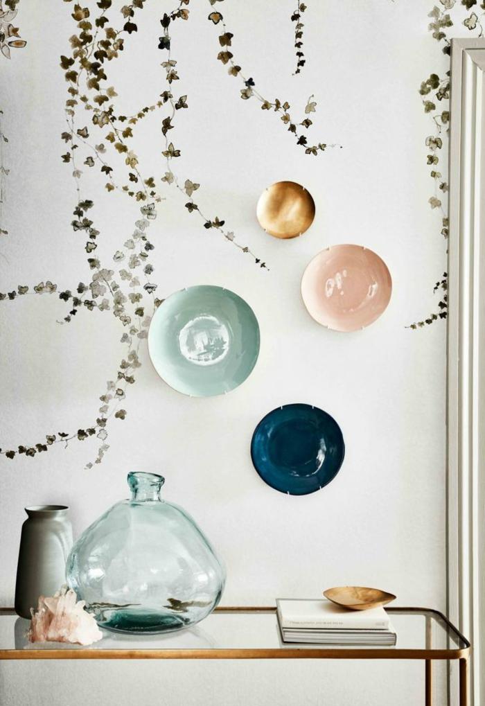 verschiedenen Teller aufgehängt an die Wand, Wanddeko Ideen selbermachen, moderne Inneneinrichtung
