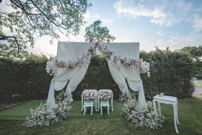Hochzeit im Garten mit weißen und rosa Blumen, faltbare Faltpavillons kaufen, zwei kleine Stühle
