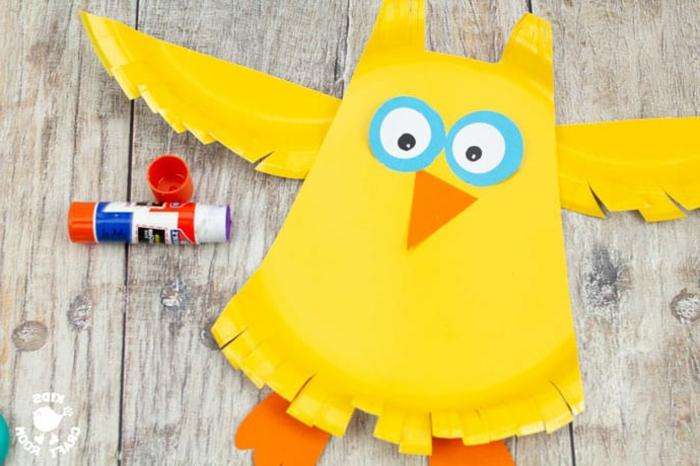 gelbe Eule basteln aus Pappteller mit blauen Augen und orange Nase, DIY Anleitung Schritt für Schritt