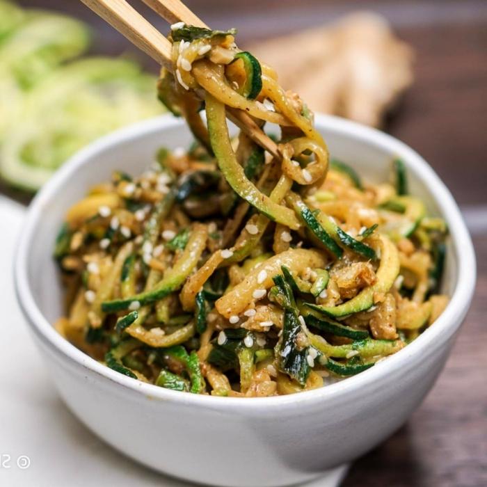 gemüse spaghetti rezepte, asiatische zudeln mit sesamsamen und soja soße
