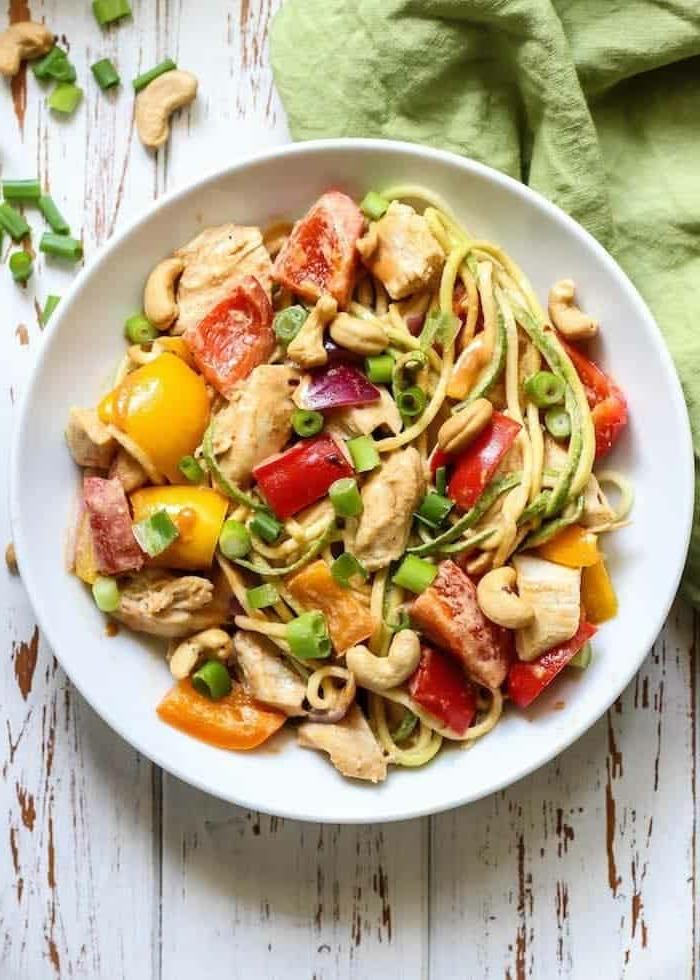 gemüse spaghetti rezepte, zucchini nudeln kochen, stücke hänchenfleisch