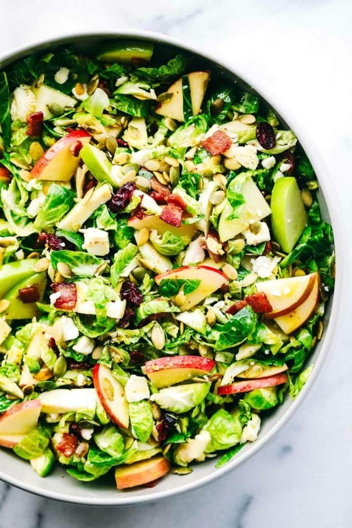 gemischter salat mit äpfeln, schwarzen bohnen, nüssen und limetten