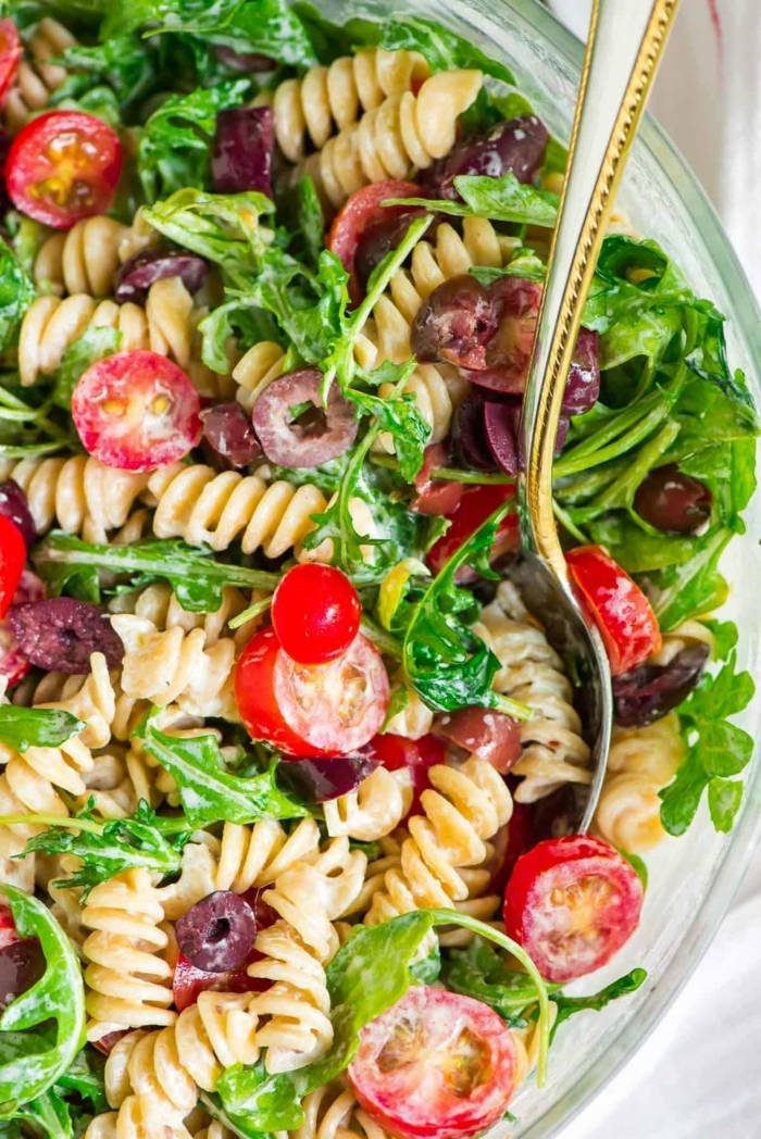 gemischter salat mit pasta, pastasalat mit oliven, tomaten, rukkola und soße
