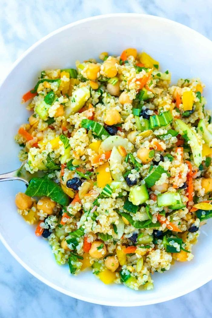 gemischter salat mit quinoa, kichererbsen und gelbem paprika, herbstsalat ideen, gesundes mittagessen