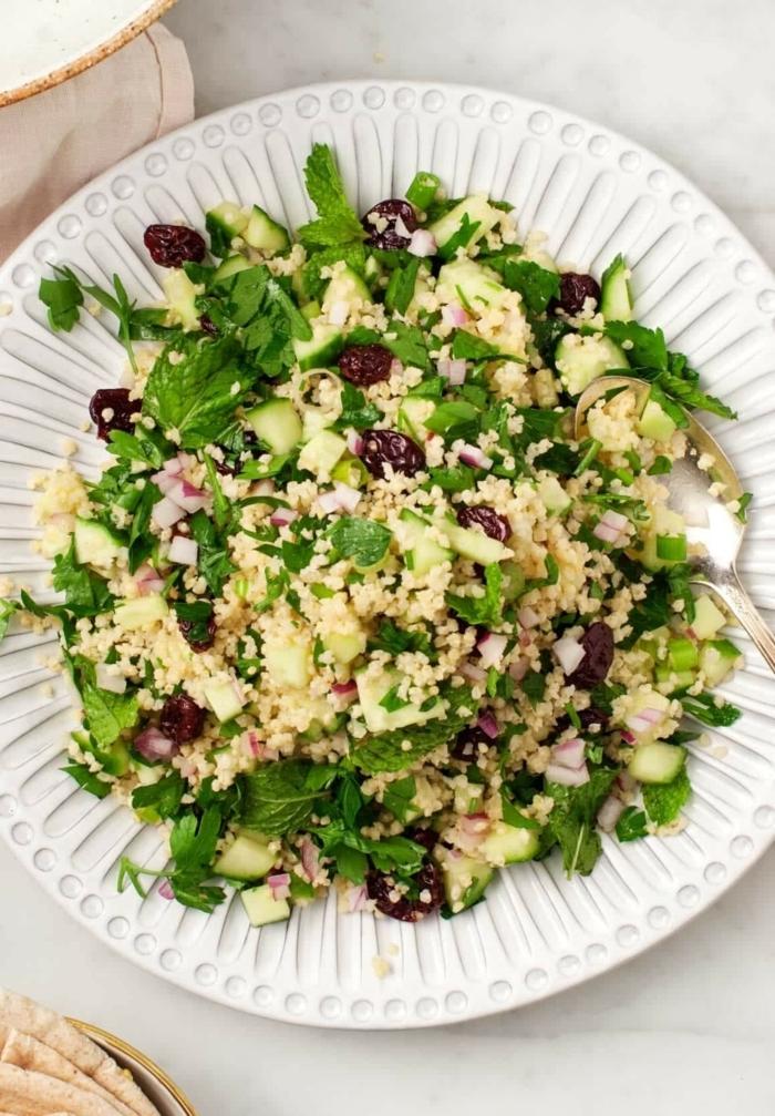 gemischter salat mit quinoa, gurken und kräutern, hebstsalat ideen, gesund essen