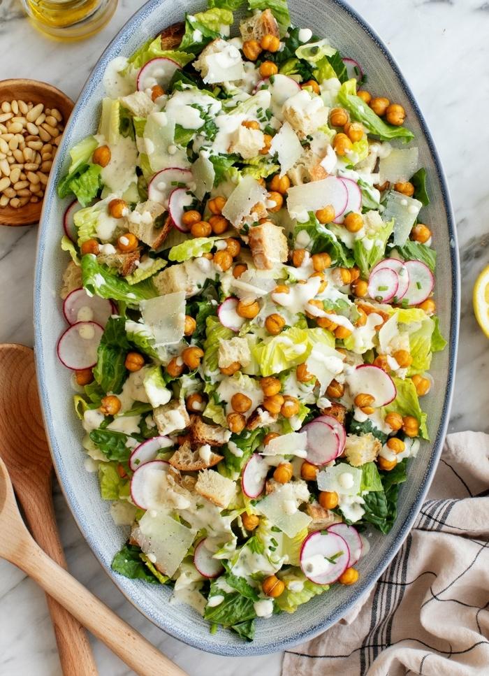 gemischter salat, rezept mit kichererbsen, radieschen, parmesan und samen