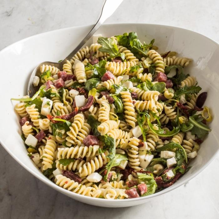 pastasalat mit fleisch und rukkola, gemischter salat, rezept mit pasta und käse