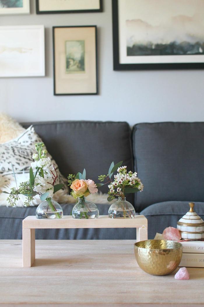 drei klein Vasen mit verschiedenen Blumen, grauer Couch, günstige deko Ideen Wohnzimmer