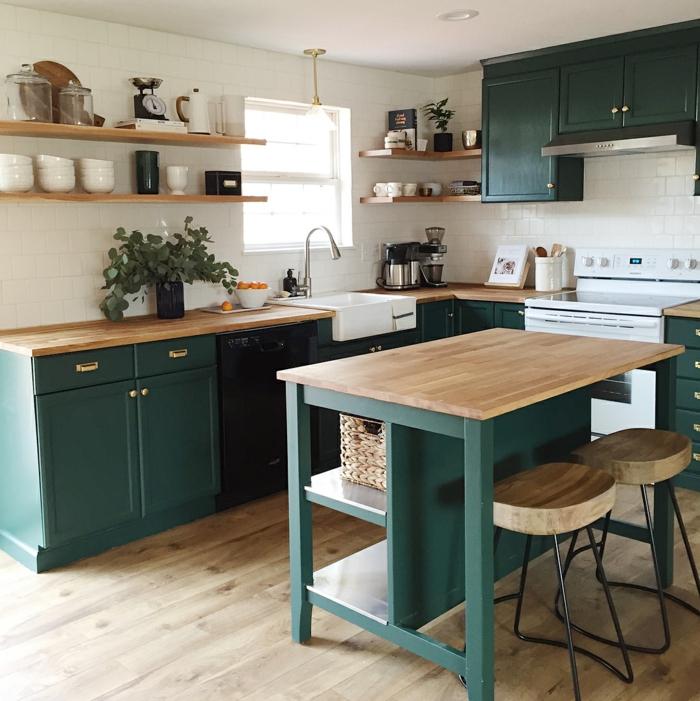 Küche l Form mit Fenster und kleine Kücheninsel, Schränke in grün, Regale mit Tellern und Tassen,