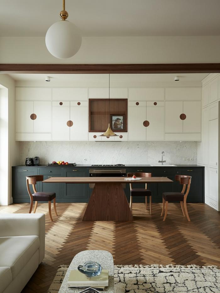 schlichte moderne offene Küche, weiße und dunkelgrüne Schränke, Boden aus Holz, großer Esstisch, moderne Küchen Bilder