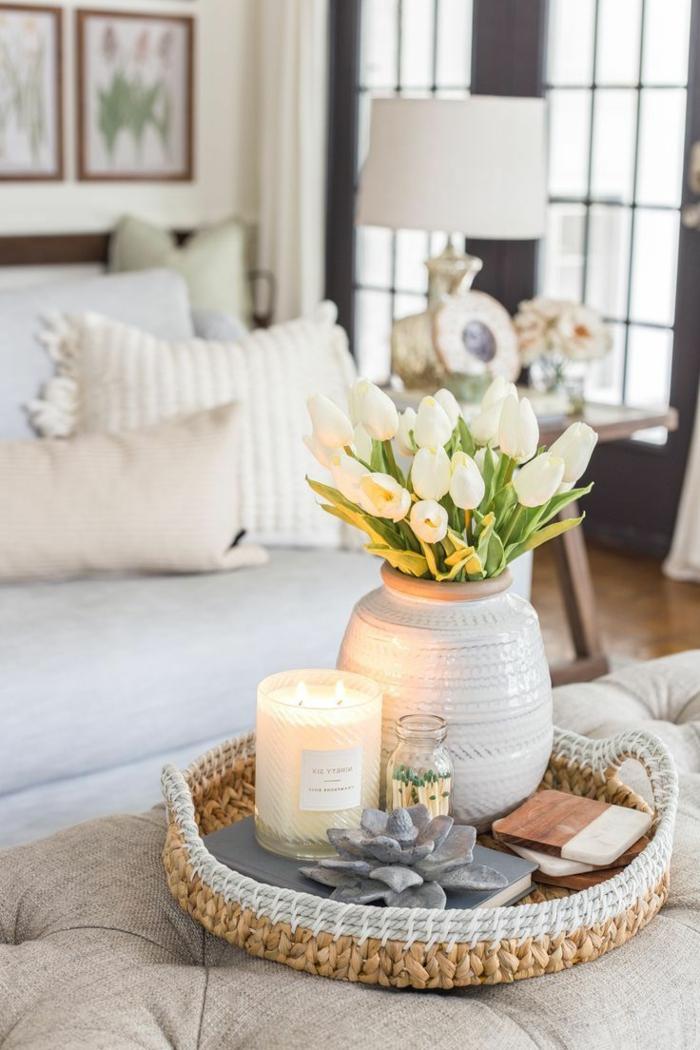 weiße Tulpen in einer großen Vase, brennende weiße Kerze, pinterest Wohnzimmer Dekoration