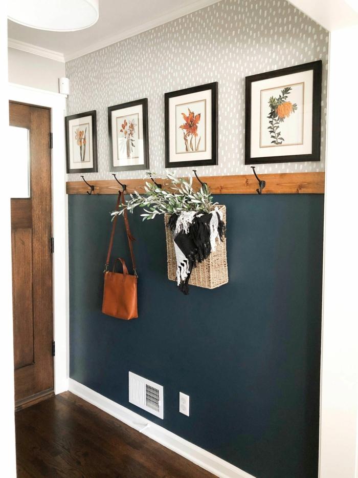 Vorraum Einrichtung mit Bildern von Blumen, blau und graue Wand, Frühlingsdeko 2020, braune Ledertasche