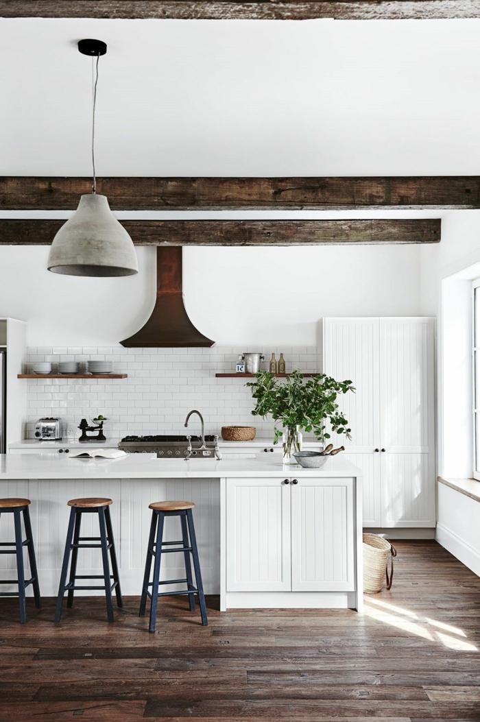 Küchen Inspiration, Hohe Decke mit Balken aus Holz, weiße Fliesen und Schränke, Design Ideen