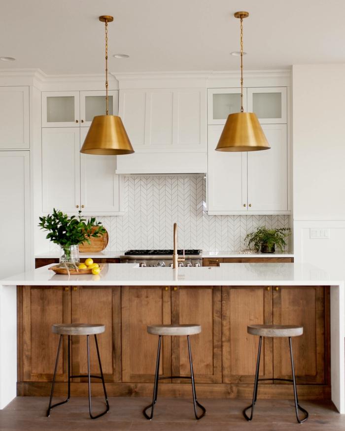 zwei kupferfarbene Lampen, große Kücheninsel mit drei Stühlen, weiße Möbel für die Ikea Küche Inspiration