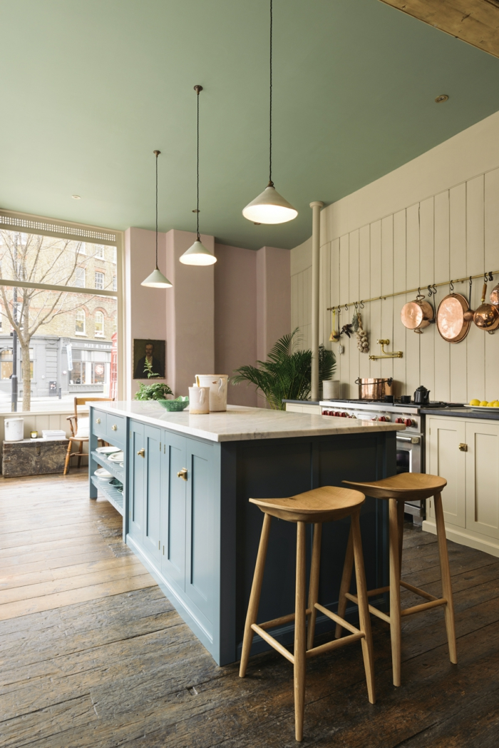 Farbkombination aus blassgrün und blassrosa, Kücheneinrichtung Ideen, aufgehängte Pfannen