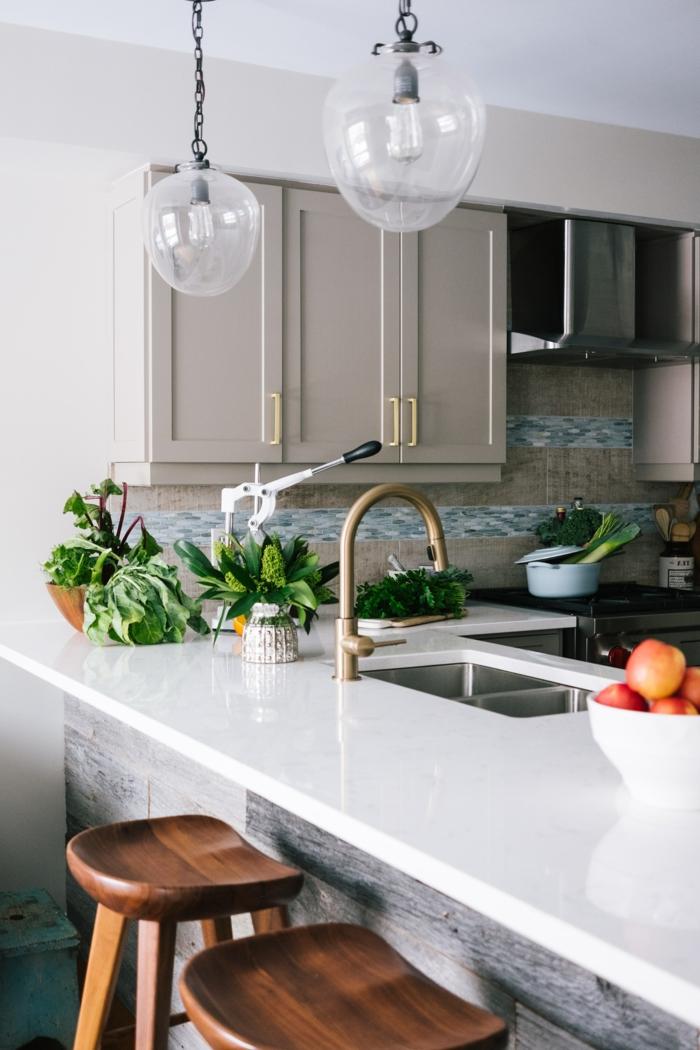 Ikea Küche Inspiration, viele grüne Pflanzen, zwei Stühle aus Holz, Küchenschränke in grau