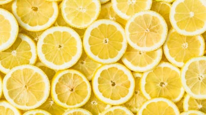 immunsystem stärken hausmittel, früchte reich an vitamin c, zitronen, zitronenscheiben