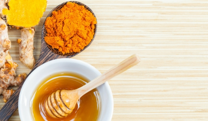 immunsystem stärken hausmittel, gemisch aus homig und kurkuma, gesundheit