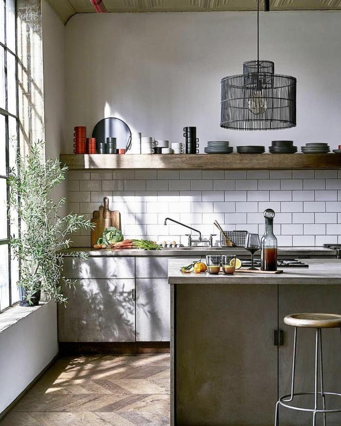 Ikea Küchen Ideen, moderne Ausstattung mit weißen Fliesen und offenen Regalen, großes Fenster