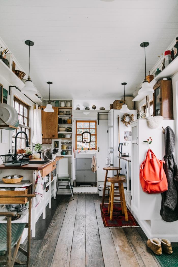 Moderne Küchen Bilder, kleines Fenster und roter Teppich, vier hängende Lampen, bohemische Einrichtung