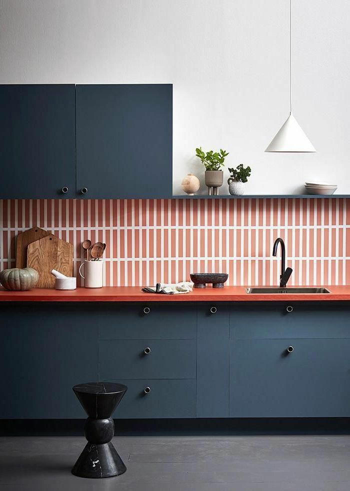 schlichtes Design, blaue Schränke mit rot weißen Fliesen, Küchenutensilien aus Holz, weiße Lampe, Küchen Inspiration