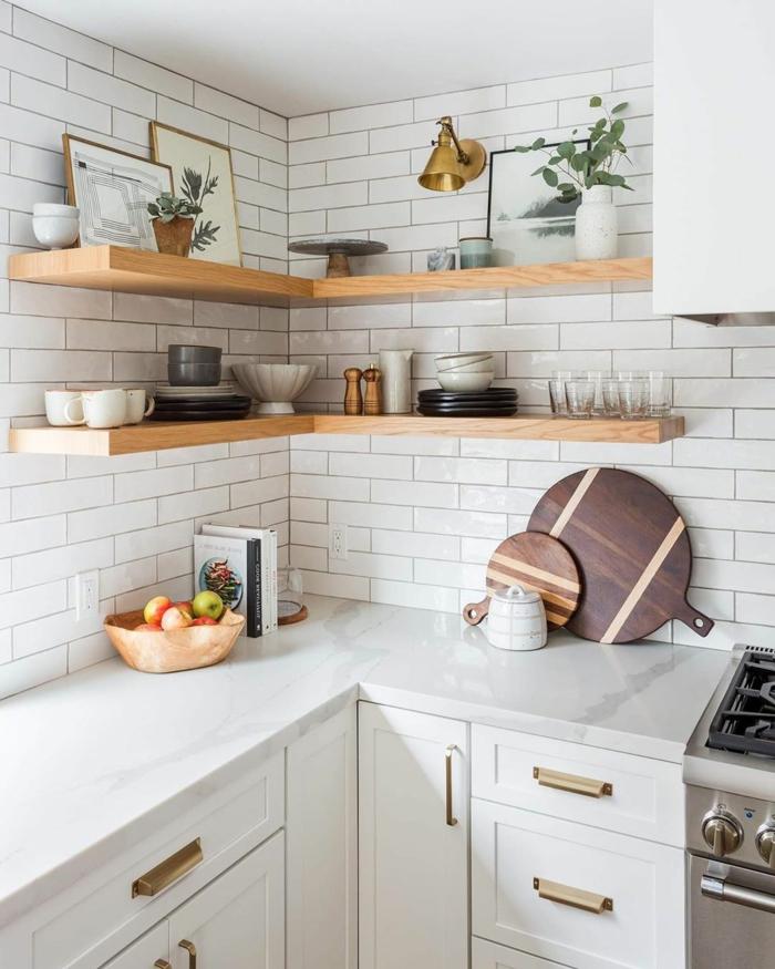 Ikea Küchen Ideen, weiße Fliesen, Regale mit Tassen und Tellern, drei Bilder an die Wand, Schüssel mit Früchten