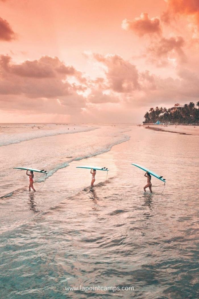 Cute Iphone Wallpaper, drei Fraue mit Surfboards gehen ins Meer, pinker Himmel, Bilder für Handyhintergrund