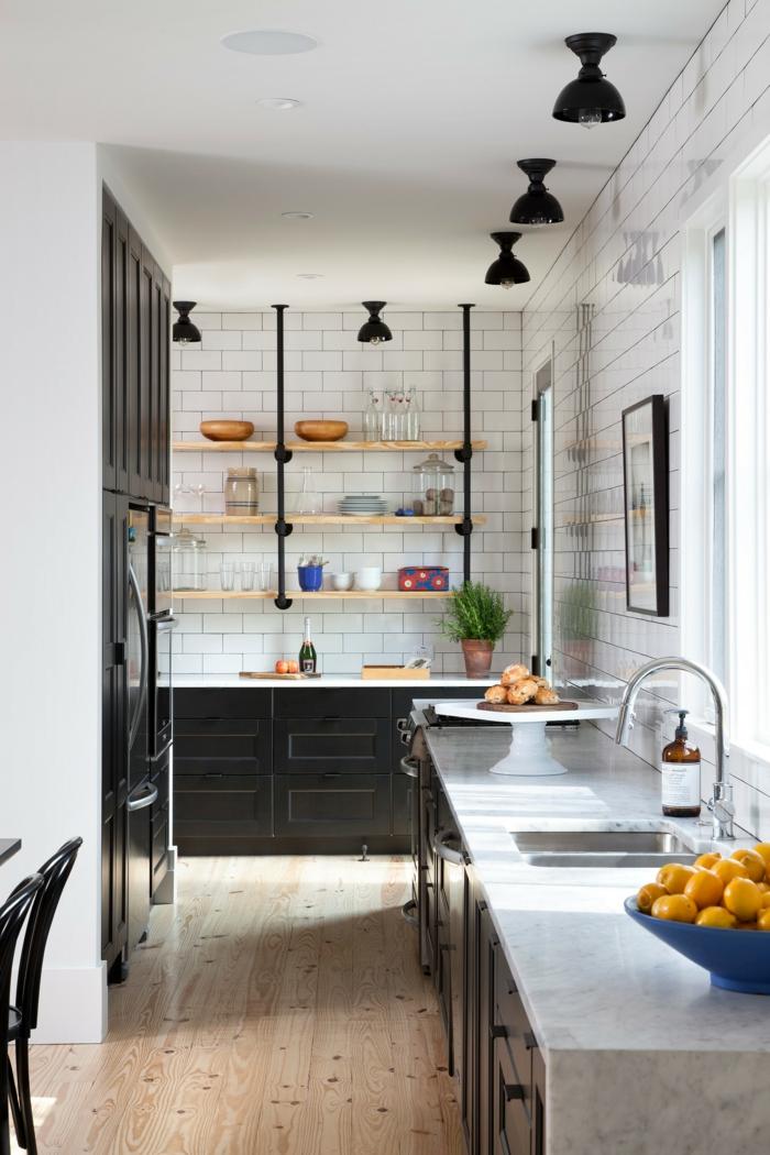 Küche modern weiss, schwarze Möbel mit weißer Arbeitsplatte, kleine schwarze Lampen