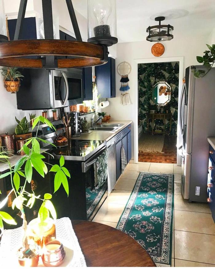 grüner Teppich, Interior Design im bohemischen Stil, dunkle Möbel und Geräte, grüne Pflanze, Kücheneinrichtung Ideen