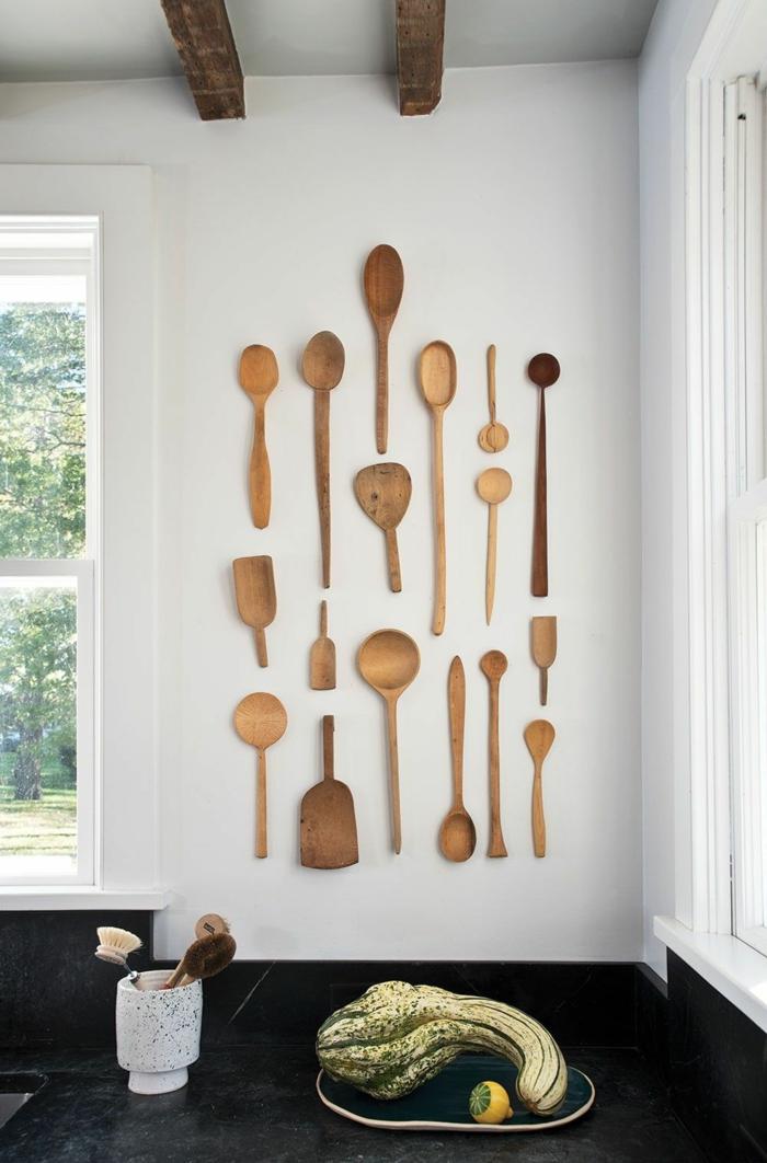 Küche Deko Pinterest, moderne Inneneinrichtung, viele aufgehängte Löffel aus Holz, großer Kürbis