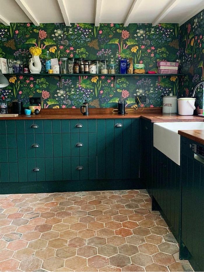 grüne Tapete mit bunten Blumen, grüne Schränke, Arbeitsplatte aus Holz, moderne Küchen Bilder