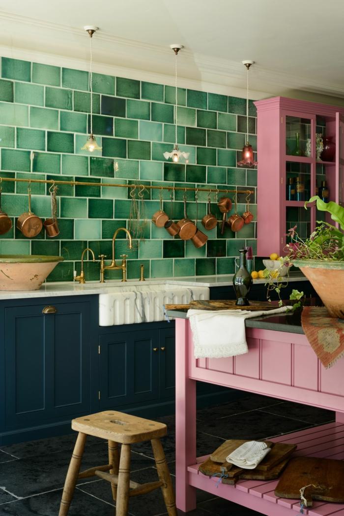 Farbkombination aus grünen Fliesen blauen Schränken und pinkem Tisch, Deko Ideen Küche