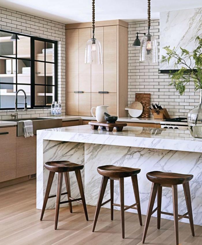Küche l Form mit Fenster und große Kücheninsel, sanfte Farbenkombination aus weiß und hellbraun