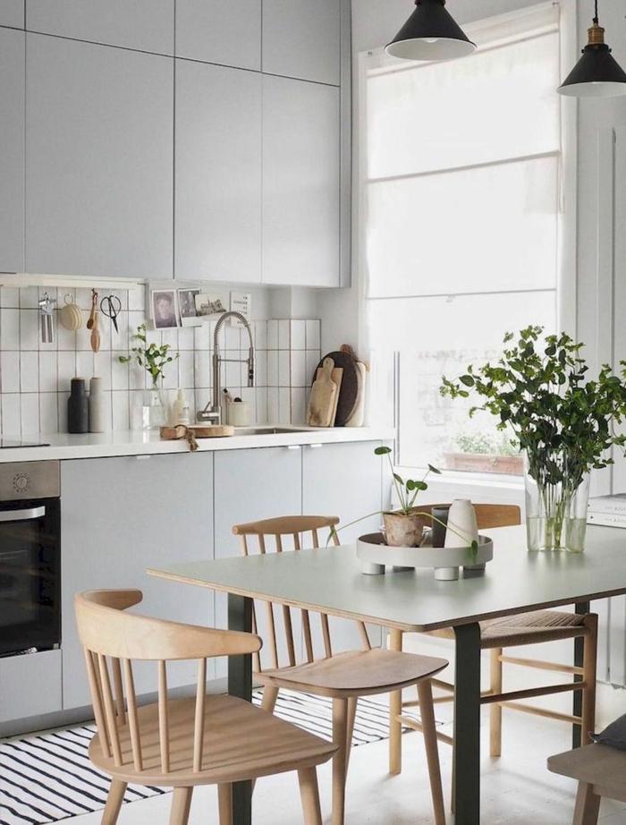 Kücheneinrichtung Ideen, kleine weiße Küche mit Esstisch und drei Stühlen aus Holz,