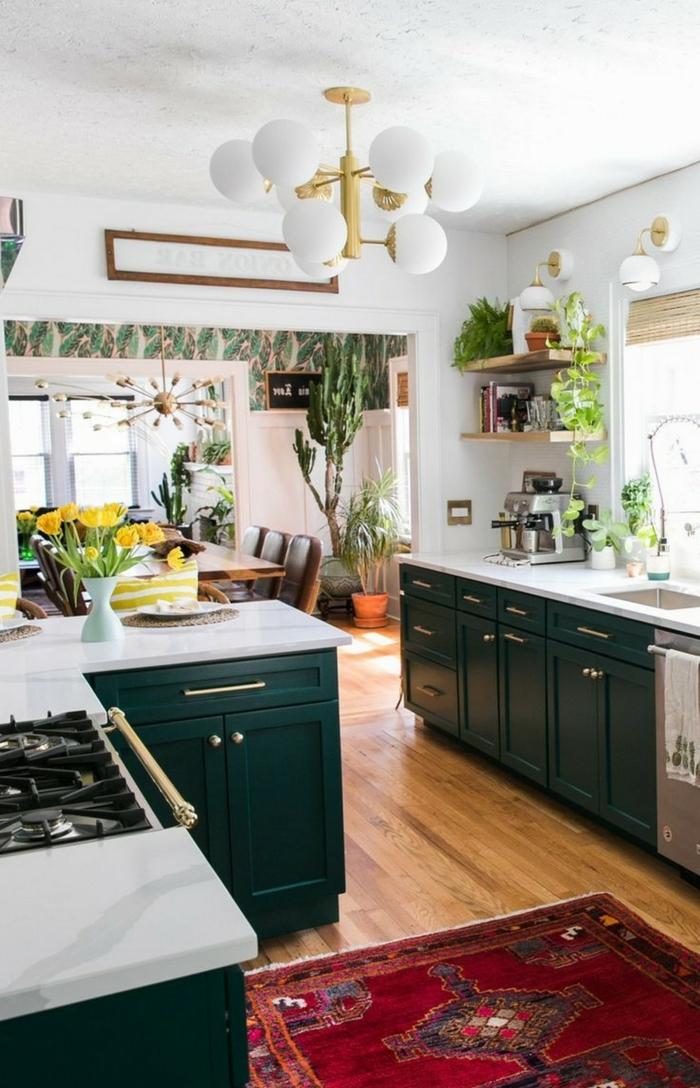 roter Teppich in Kombination mit grünen Küchenschränken, Tapeten mit Blumen, Küchen Dekoration Tipps