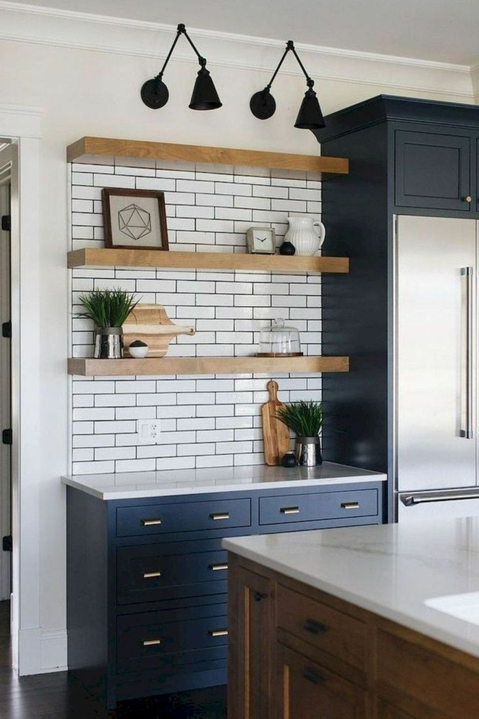weiße Fliesen in Kombination mit blauen Schränken, Küchen Design Ideen, offene Regale