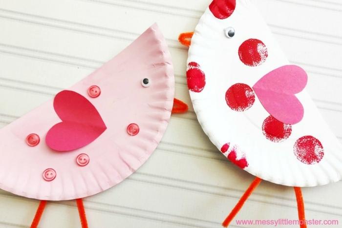 zwei gebastelte Vögel aus Teller aus Pappe in weiß und pink, Basteln mit Pappteller, Muttertag basteln Kinder Pinterest