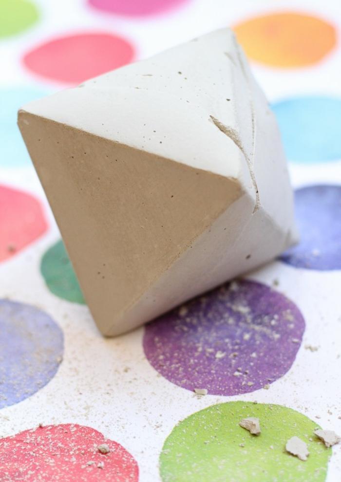 Block von einem Stück Beton für ein Kerzenhalter, Tischdecke mit bunten Kreisen, Betonarbeiten selber machen